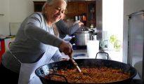 La cocina social del barrio zamorano de San José Obrero ha cumplido dos años y en este tiempo la docena de jubiladas que puso en marcha esta iniciativa ha superado los veinte mil platos calientes servidos en fiambreras para que familias con escasos recursos económicos se los lleven a casa.