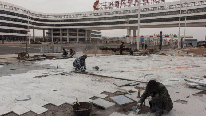 Constructores trabajan en la zona de libre comercio de Lanzhou. La ciudad está diseñada para atraer a inversores extranjeros con facilidades impositivas. Por el momento, permanece desierta.