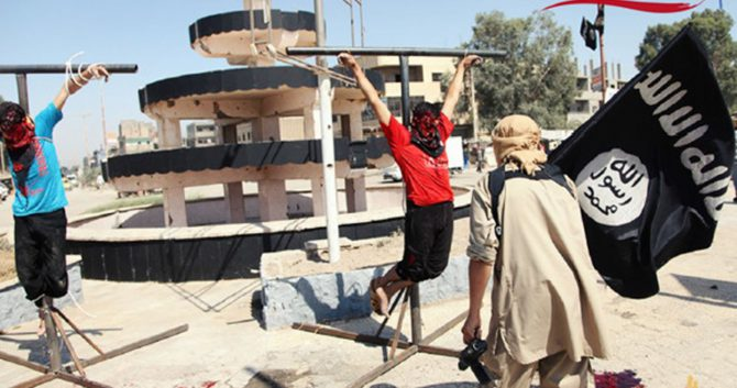 Cristianos atados por el Estado Islámico a hierros en forma de cruz.