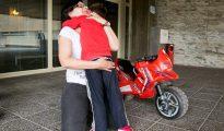 Carmen Baltasar juega con su hijo Sergio a la entrada del Hospital donde el niño asiste a sesiones de tratamiento para la variante de la Distrofia Muscular de Duchenne que sufre.