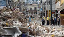 Fotografía de edificios averiados por el terremoto en Manta (Ecuador).