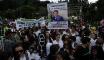 Fotografía tomada en junio de 2012 en la que se registró a cientos de personas al participar en una marcha de protesta por la violación, el empalamiento y asesinato de Rosa Elvira Cely, en el parque Nacional de Bogotá (Colombia).