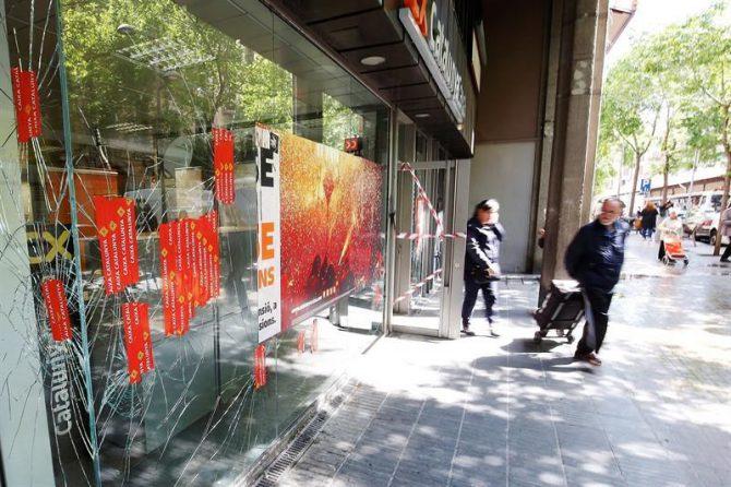 Vista de una de las sucursales bancarias atacadas anoche durante los incidentes registrados en el barrio barcelonés de Gràcia después de una manifestación contra el desalojo policial de una antigua oficina bancaria ocupada, que dejaron al menos 16 heridos leves y un detenido.