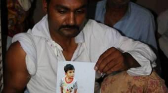Samsoon Masih, con una foto de su hijo.