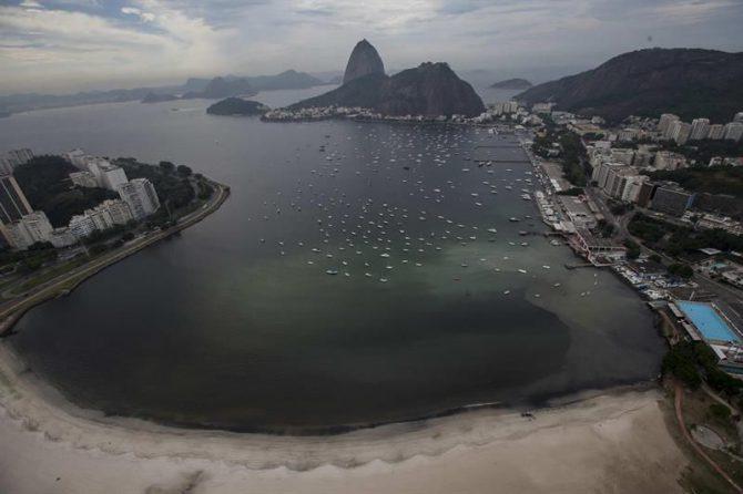 Vista del cerro de Pan de Azúcar (c) junto a una mancha de desagüe en la ensenada de Botafogo, en la Bahía de Guanabara, donde se llevarán a cabo las pruebas de Vela de los Juegos Olímpicos Río 2016.