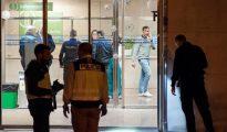 Miembros de la Policia Nacional inspeccionan la entrada del Hospital Universitario de Orense, tras el tiroteo que se ha producido esta noche en un altercado protagonizado entre dos familias de etnia gitana.