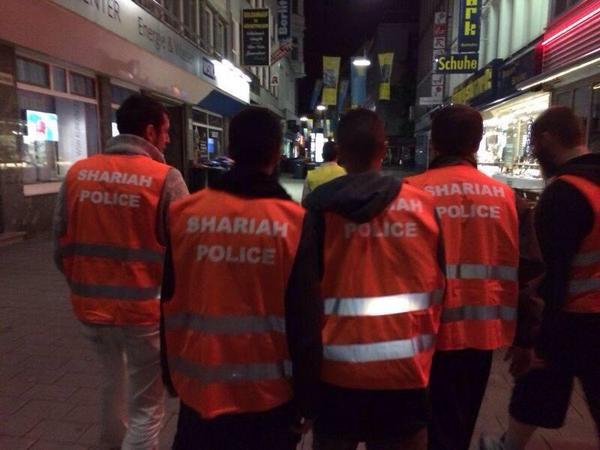 Musulmanes patrullan por las calles de Alemania vestidos con chalecos reflectantes de color naranja y la inscripción «Shariah Police».