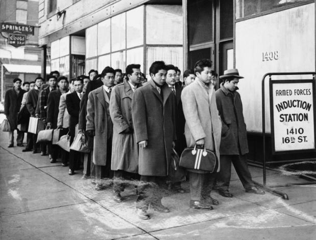 Estados Unidos, 1942: japoneses siendo internados en campos de concentración