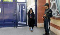 Una mujer iraní llega al colegio electoral para votar en las elecciones parlamentarias, el 29 de abril de 2016, en la ciudad de Robat Karim a 40 km de Teherán