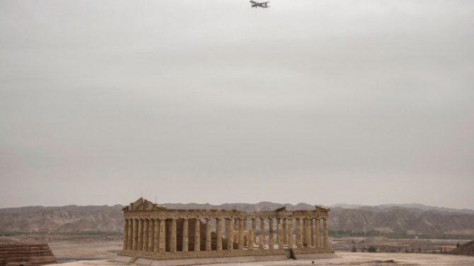 El falso Partenón para atraer turistas. A pocos metros, la Esfinge. Nadie se acerca a la Nueva Área de Lanzhou.