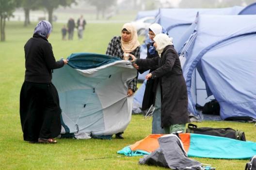 """Unas jóvenes montan su tienda al llegar al """"Living Islam"""", evento organizado por la Sociedad Islámica del Reino Unido y que concentra a musulmanes de todo el mundo."""