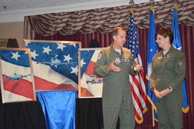 Foto de archivo de la Fuerza Aérea de Estados Unidos que muestra al coronel Jay Bickley y a la general Lori J. Robinson durante una recepción.