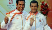 Los españoles Fernando Echavarri (I) y Anton Paz celebran la medalla de oro en la clase Tornado de los Juegos Olímpicos de Pekín-2008, el 21 de agosto en Qingdao