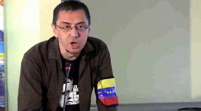 Monedero con un brazalete de la bandera de Venezuela.