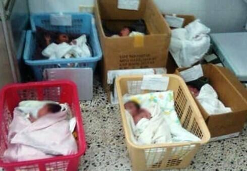Ninos venezolanos recién nacidos hacinados en cestas de plástico y cajas de cartón.