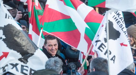 Otegui, a su salida de prisión, entre ikurriñas y banderolas por la repatriación de los presos etarras.