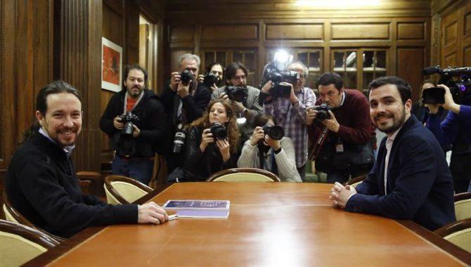El secretario general de Podemos, Pablo Iglesias (i), y el portavoz de IU-UP, Alberto Garzón, en una reunión en el Congreso.
