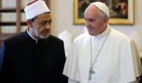 Francisco (dcha) habla con el gran imán egipcio Ahmed Mohamed Al-Tayeb, de la mezquita Al Azhar de El Cairo, durante la audiencia privada que mantuvieron ayer en el Vaticano.