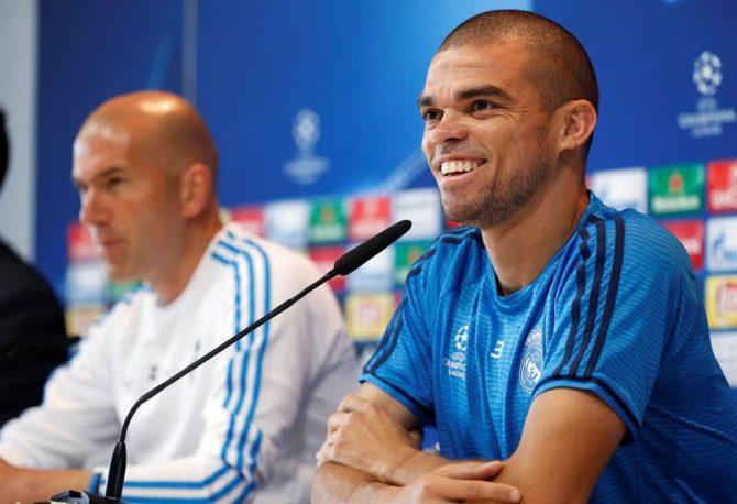 El central del Real Madrid Pepe, acompañado del entrenador, Zinedine Zidane, durante la rueda de prensa de hoy.