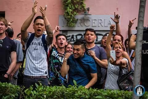 'Perroflautas' ultraizquierdistas increpando a los patriotas de Hogar Social. El del polo azul hace el gesto de la decapitación.