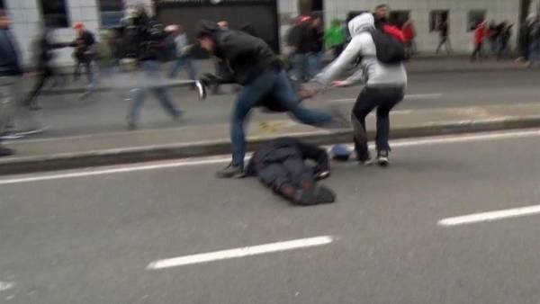 El jefe de policía belga Pierre Vandersmissen yace en el suelo tras ser atacado.