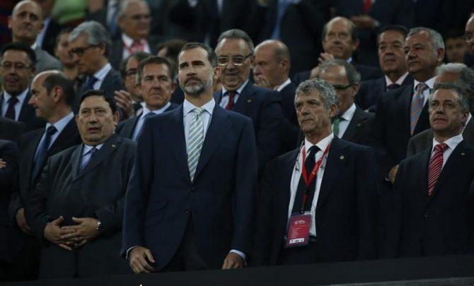 El rey Felipe junto al presidente de la Federación Española de Fútbol, Ángel María Villar (2d), y el lehendakari Íñigo Urkullu (d), durante la interpretación del himno al inicio del partido de la final de la Copa del Rey de fútbol que disputaron el Athletic Club de Bilbao y el FC Barcelona en el Camp Nou.