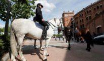Efectivos de la Policía Nacional a caballo vigilan los exteriores de la plaza de toros de Las Ventas.