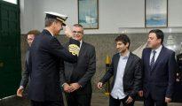 El Rey saluda al alcalde de Ferrol, que va sin corbata, con la camisa fuera y sin afeitar, en su visita a las Escuelas de la Armada. ¿Alguien se imagina semejante imagen ante la Reina de Inglaterra?