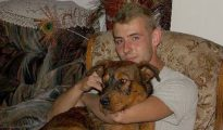 El joven Luigi Guardiera posa con su perro días antes de ser asesinado.