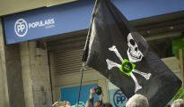 Una bandera pirata frente a la sede del PP en Barcelona.
