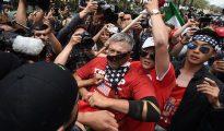 Los manifestantes, ante la Policía en California