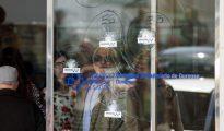 Así quedó la puerta del hospital tras el tiroteo entre dos familias en Orense.