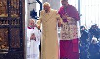 El papa emérito Benedicto XVI (i) cruza la Puerta Santa con la ayuda del cardenal alemán Georg Gaenswein durante la inauguración del Jubileo Extraordinario de la Misericordia, en el Vaticano, el 8 de diciembre de 2015.