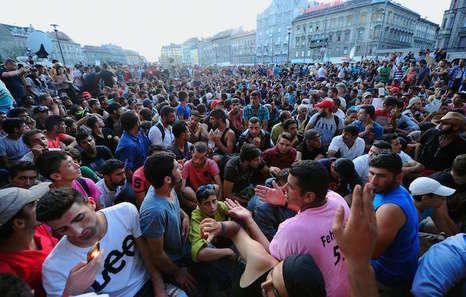 Miles de refugiados en la estación de Budapest.