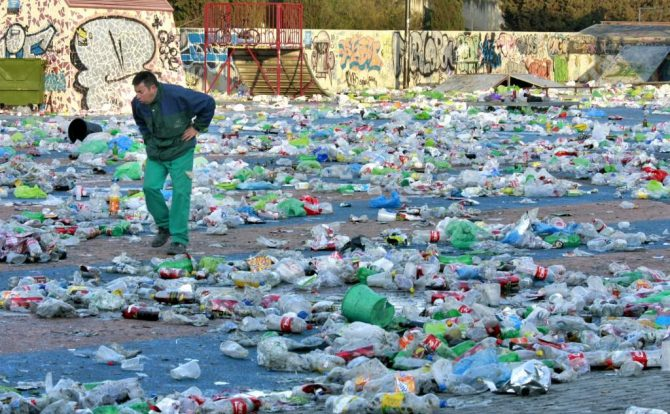 Toneladas de residuos tras el macrobotellón de Valencia.