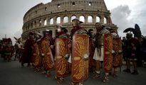 Varios hombres disfrazados de antiguos centuriones romanos, junto al Coliseo de la capital italiana.