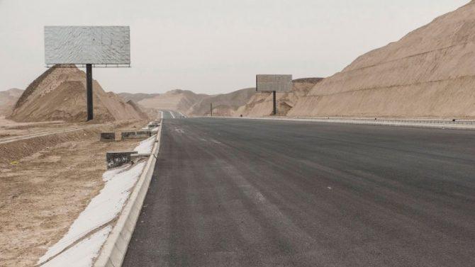 Rutas, autopistas y montañas que deben ser aplanadas para que la ciudad salga a la luz. Todavía queda mucho por hacer y poca atracción por parte de la población.