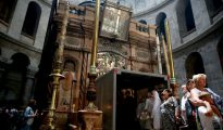Varios turistas haciendo fila para entrar en la tumba de Jesús, con un andamio en su entrada, en la iglesia del Santo Sepulcro de Jerusalén, el 29 de mayo