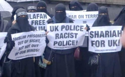 Musulmanas en londres con carteles a favor de la sharia.