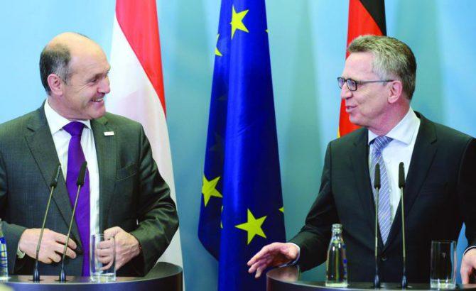 El ministro del Interior alemán Thomas de Maizière (D), y su homólogo austríaco Wolfgang Sobotka