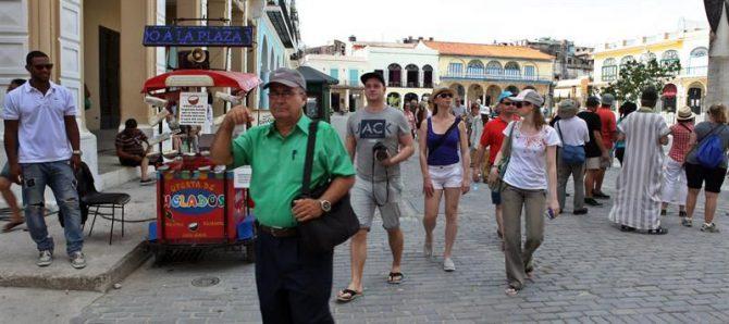 Turistas caminan por una calle de La Habana.