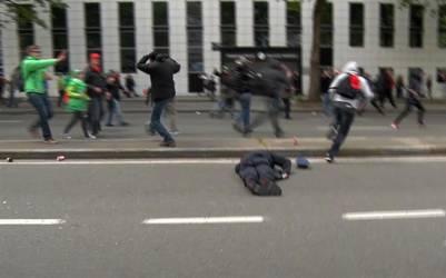 Pierre Vandersmissen cae y queda inerte en el piso tras ser golpeado en la cabeza.