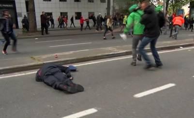 Los atacantes miran a su víctima tendida en el piso.