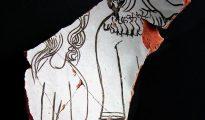 Imagen facilitada por Acrótera del fragmento de una vasija de cerámica, que data de finales del siglo XIII o inicios del XIV y hallada en Teruel, que se ha revelado como una de las más singulares piezas de la Europa medieval, al estar decorada con representaciones humanas de dos varones judíos, lo que la hace casi única.