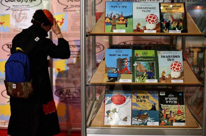 """Un visitante ante uno el stand de Tintin, durante la inauguración de la 34 edición del Salón del Cómic que ha abierto hoy sus puertas y en el que se confía batir los 113.000 visitantes logrados el año pasado y conseguir nuevos """"adeptos"""" a las viñetas."""