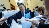 El president de la Generalitat, Ximo Puig, recibe cartas en defensa de la escuela concertada durante una protesta convocada por asociaciones de padres a las puertas del parlamento autonómico antes del pleno de Les Corts.