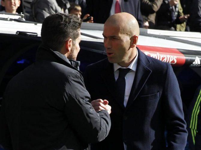 Los entrenadores del Real Madrid, Zinedine Zidane (d), y del Atlético de Madrid, Diego Simeone.