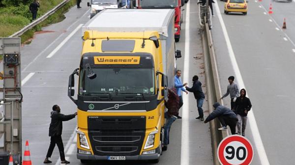 Los ilegales intentan abordar un camión por la fuerza.