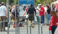 Imagen de la salvaje agresión, con las jóvenes en el suelo.