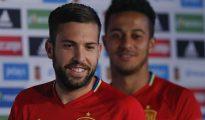 Los jugadores de la selección española, Jordi Alba (i) y Thiago Alcántara (d), a su llegada a la rueda de prensa ofrecida esta tarde en la Isla de Ré, lugar de concentración del equipo para su participación en la Eurocopa 2016 que se celebra en Francia.